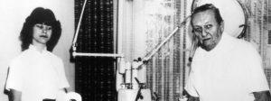 """Das Archivbild vom 26.Januar 1982 zeigt die Zahnarzthelferin Claudia Judenmann und den Zahnarzt Kurt Bachseitz in der Praxis in Neutraubling bei Regensburg. Wochenlang hatten der Zahnarzt, seine Frau Margot und die Zahnarzthelferin Postfahnder, Polizisten und Parapsychologen genarrt. Mit einfachsten Hilfsmitteln täuschten sie die Geisterstimme """"Chopper"""" vor, die Liebesschwüre, Flüche und Beschimpfungen losließ. Die Drei wurden später zu Geldstrafen verurteilt. dpa (Nur s/w: vgl. KORR """"Vor 20 Jahren: Spucknapfgeist """"Chopper"""" hielt die Republik in Atem"""") dpa/lby Die Zahnarzthelferin Claudia Judenmann und Zahnarzt Kurt Bachseitz 1982 in der Praxis in Neutraubling bei Regensburg. Wochenlang hatten der Dentist, seine Frau Margot und Judenmann Postfahnder, Polizisten und Parapsychologen genarrt. Mit einfachsten Hilfsmitteln täuschten sie die Geisterstimme """"Chopper"""" vor, die Liebesschwüre, Flüche und Beschimpfungen von sich gab. Die Drei wurden später zu Geldstrafen verurteilt."""